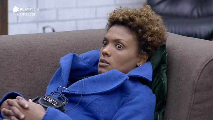 Lidi Lisboa assustada deitada no sofá