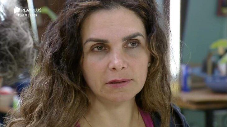 Luiza Ambiel séria na cozinha de A Fazenda 2020