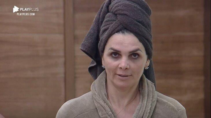 Luiza Ambiel de toalha na cabeça no quarto de A Fazenda