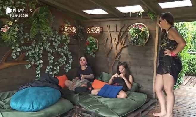 Na casa da árvore, Luiza Ambiel conversa com Mirella que está no local com Stéfani Bays em A Fazenda 2020