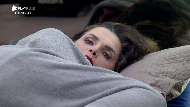 Luiza Ambiel deitada na cama tensa
