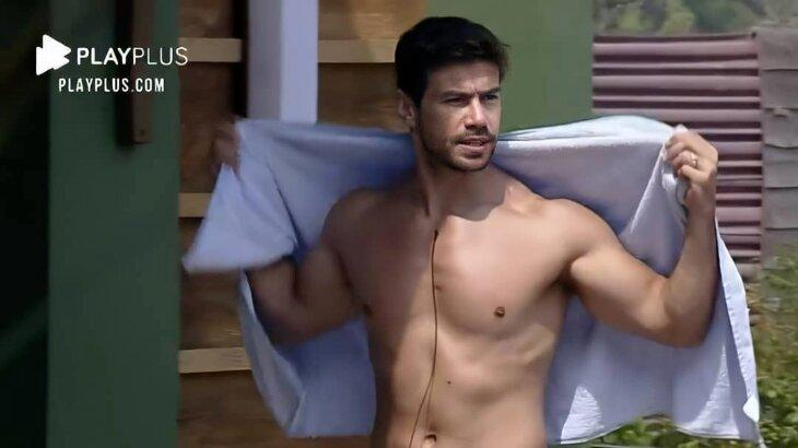 Mariano sem camisa, segurando uma toalha na área externa de A Fazenda 2020