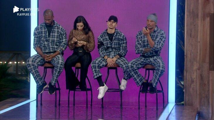 Rodrigo, Raissa, Biel e Juliano sentados no banco da roça