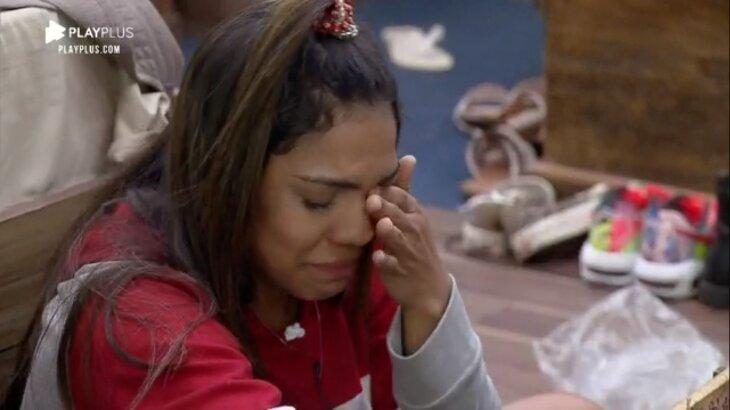 Tays Reis chora no quarto de A Fazenda 2020