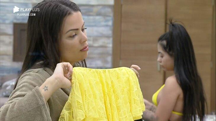 Victória Villarim, segurando a roupa, analisa seu look para a festa