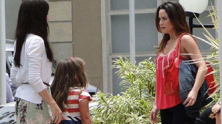 Cena de A Vida da Gente com Ana olhando de frente para Julia e Manu, que estão lado a lado