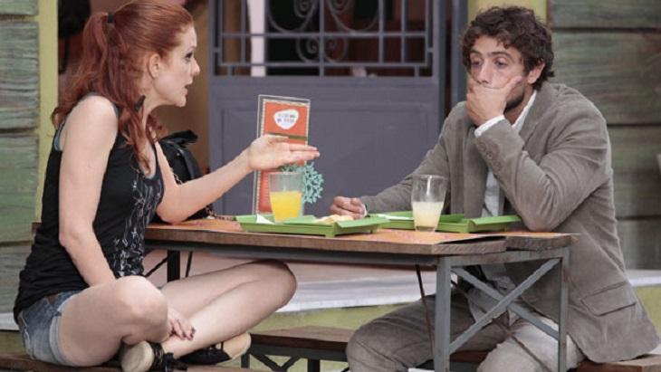 Cena de A Vida da Gente com Nanda e Rodrigo sentados numa lanchonete conversando
