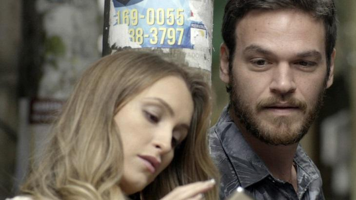 Carla Diaz e Emílio Dantas em cena da novela A Força do Querer, em reprise na Globo