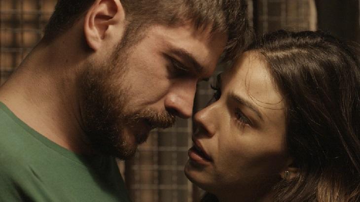 Marco Pigossi e Isis Valverde como Zeca e Ritinha em cena da novela A Força do Querer, em reprise na Globo