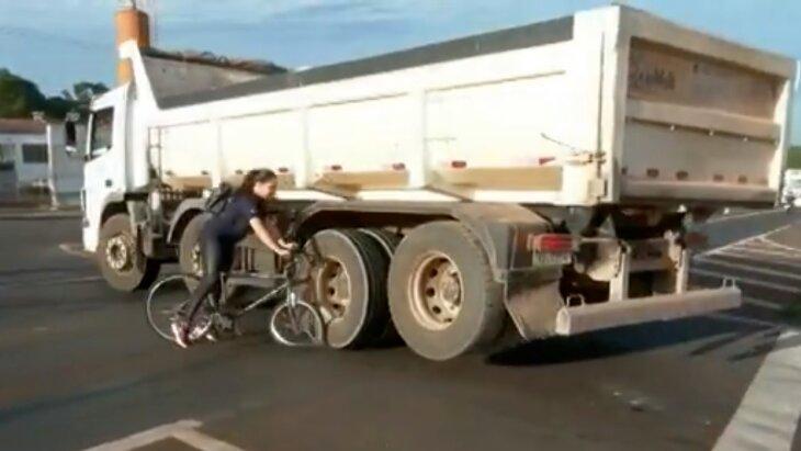 Momento em que ciclista se choca com caminhão