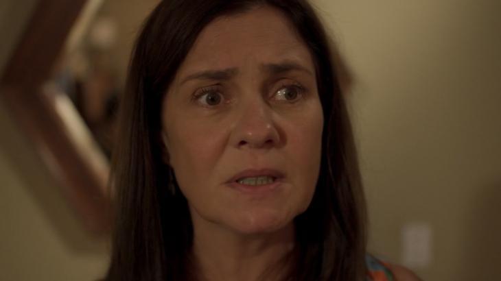 Cena de Amor de Mãe com Thelma, de Adriana Esteves, com olhar assustado