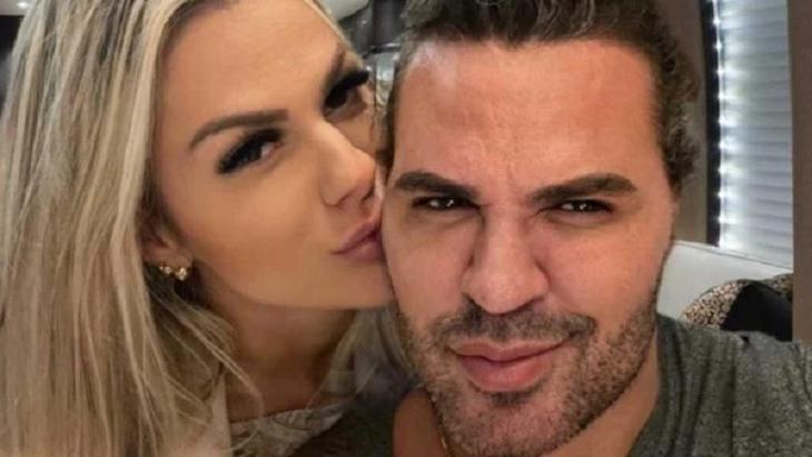Affair de Eduardo Costa ao lado do cantor