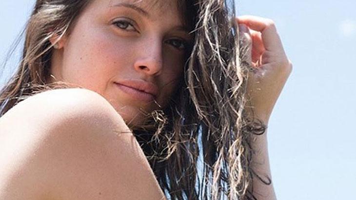 Agatha Moreira fazendo pose olhando de lado