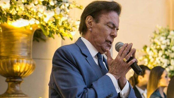 Agnaldo Rayol de olhos fechados e microfone na mão