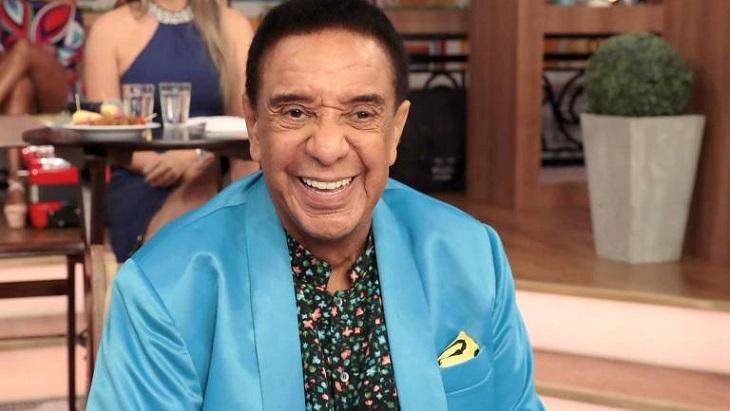 Agnaldo Timóteo sorridente durante programa