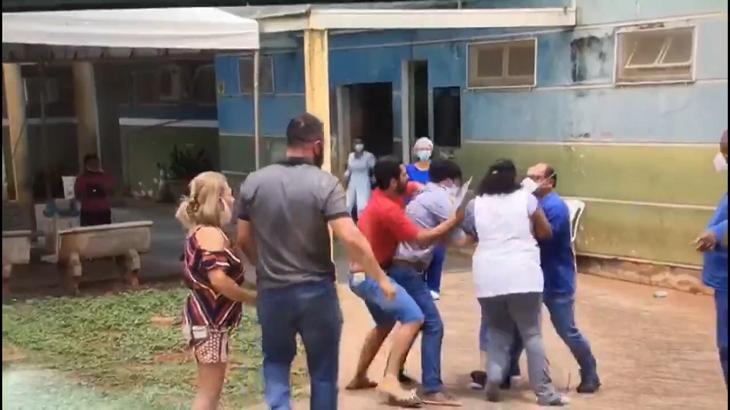 Repórter sendo agredido na frente de um hospital