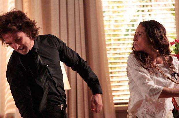 Alberto vira o rosto com força do tapa dado por Bibiana que olha com ódio para o playboy