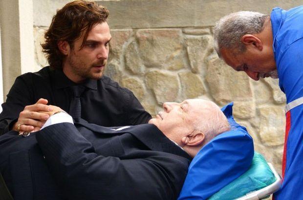 Alberto segura na mão de Dionísio que está na maca e inconsciente
