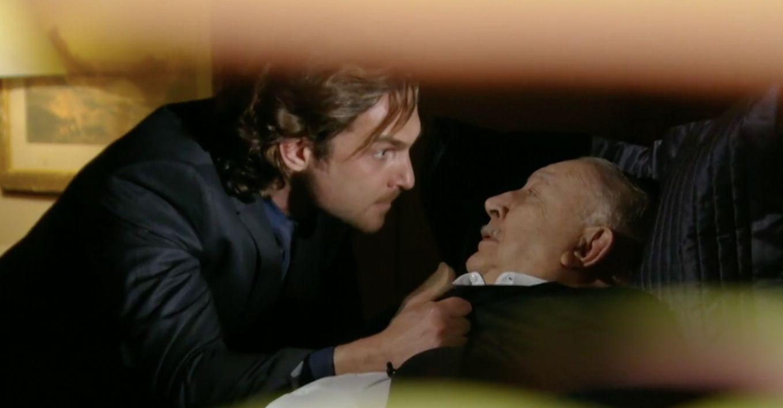 Alberto com expressão de raiva segura Dionísio pela gola