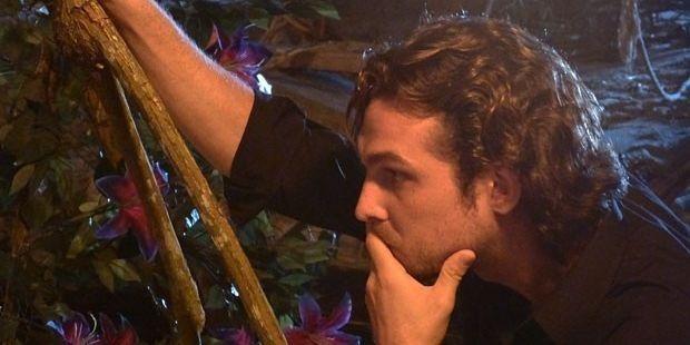 Flor do Caribe: Alberto flagra Ester e Cassiano juntos, surta e destrói ninho de amor