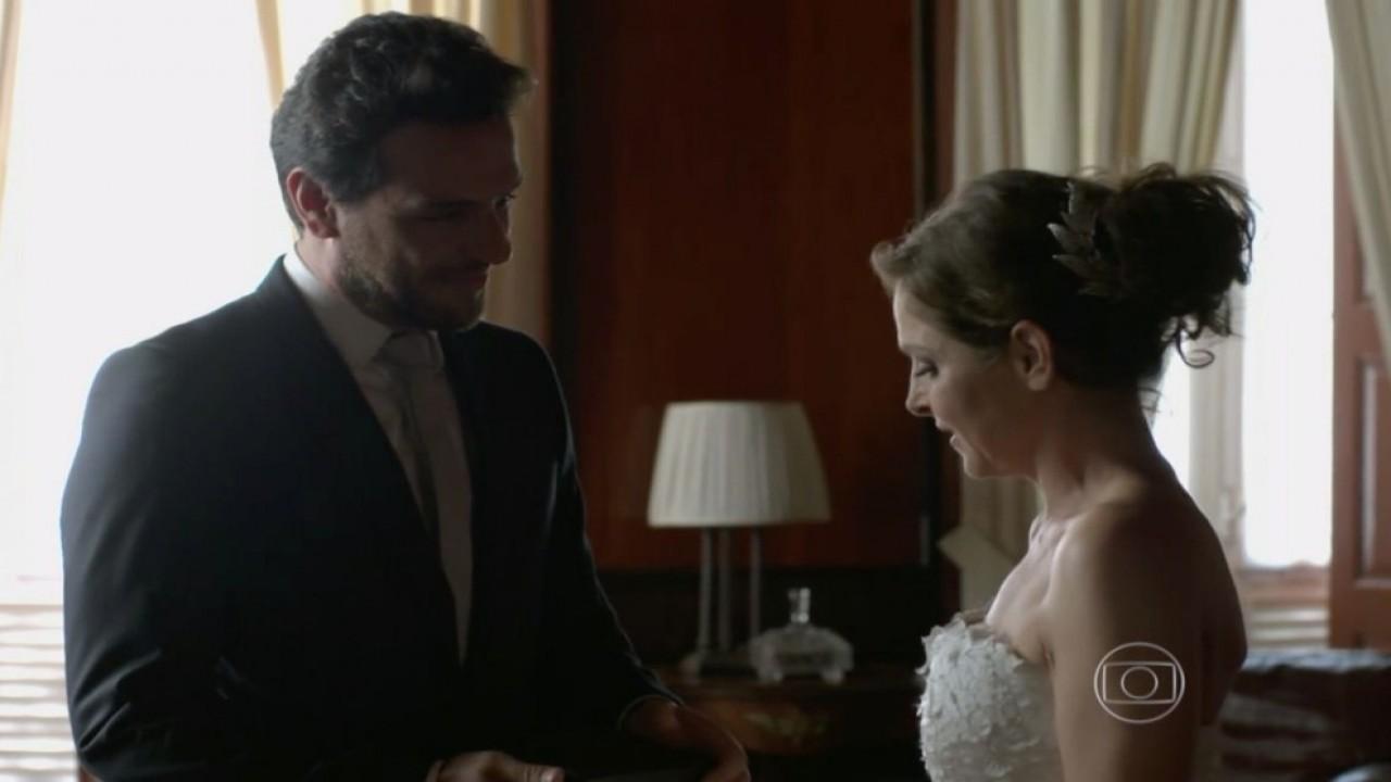 Alex e Carolina trocam olhares