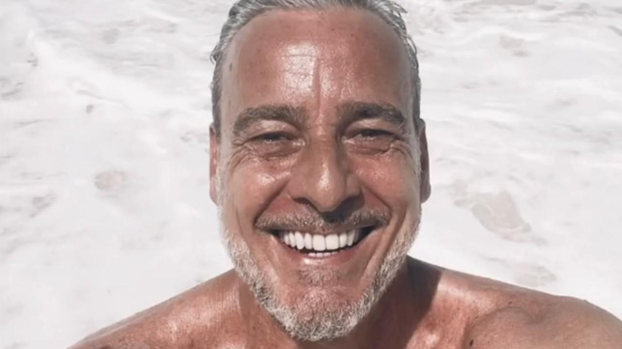 Alexandre Borges posa sorridente e sem camisa na praia para selfie postada no Instagram
