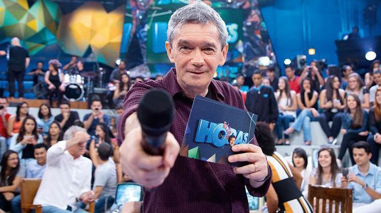 Serginho Groisman com o microfone na mão