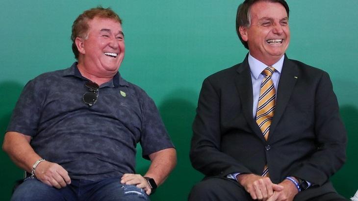 Amado Batista rindo ao lado de Jair Bolsonaro
