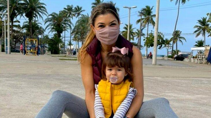 Amanda Françozo de máscara posada com filha