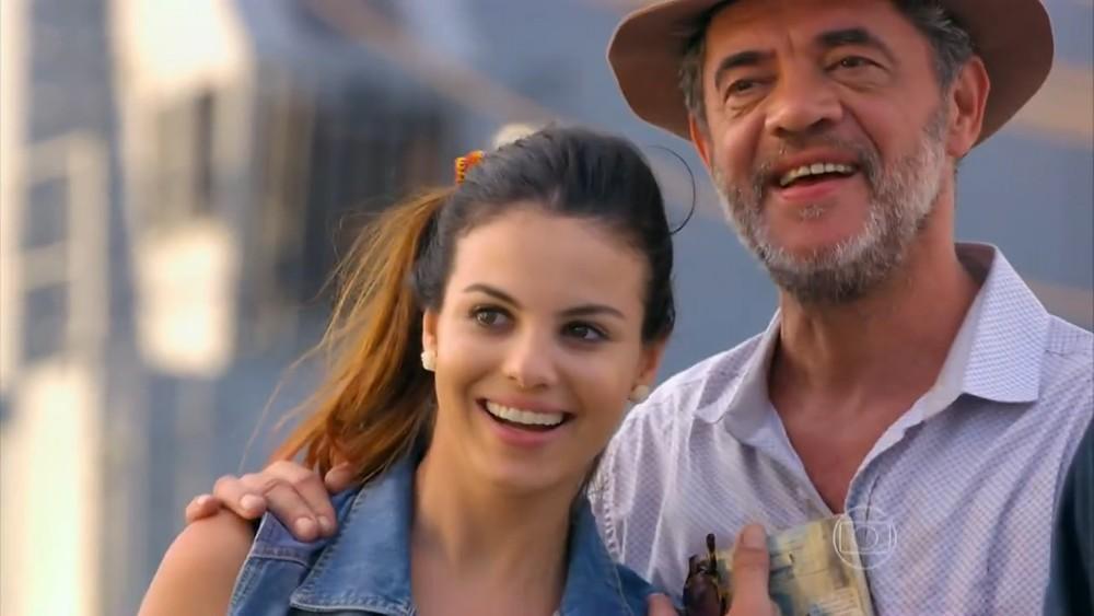 """Flor do Caribe: Cassiano chega ao Brasil e avisa: \""""Estou voltando, Ester\"""""""