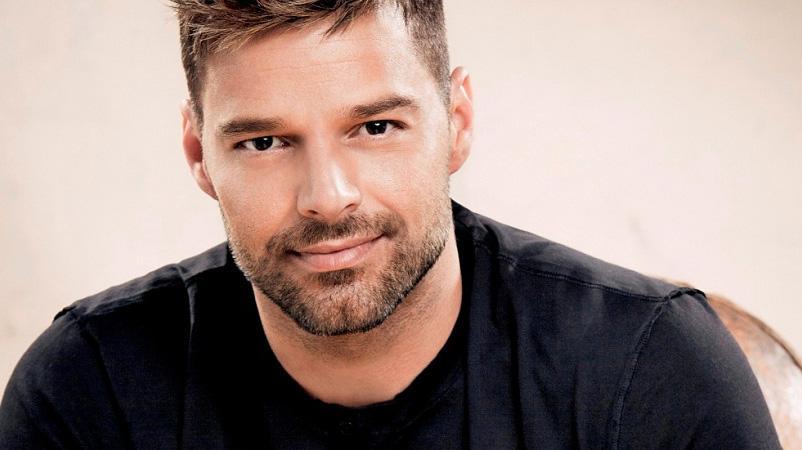 De barba, Ricky Martin posa para foto