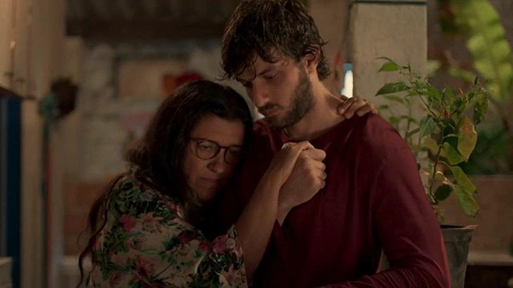 Cena de Amor de Mãe com Lurdes abraçada a Danilo, o verdadeiro Domênico