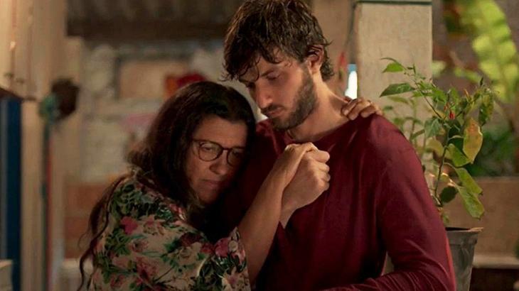 Regina Casé e Chay Suede em cena de Amor de Mãe