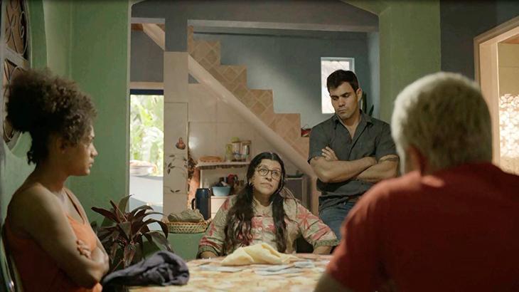 Regina Casé como Lurdes e seus filhos na novela