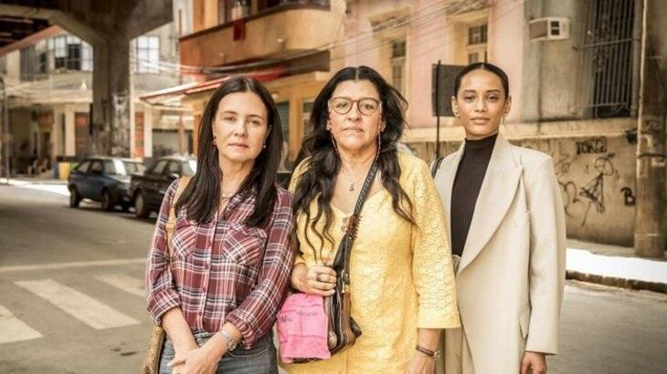 Autora de Amor de Mãe discute na web para defender novela