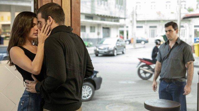 Isis Valverde, Humberto Carrão e Juliano Cazarré em cena de Amor de Mãe