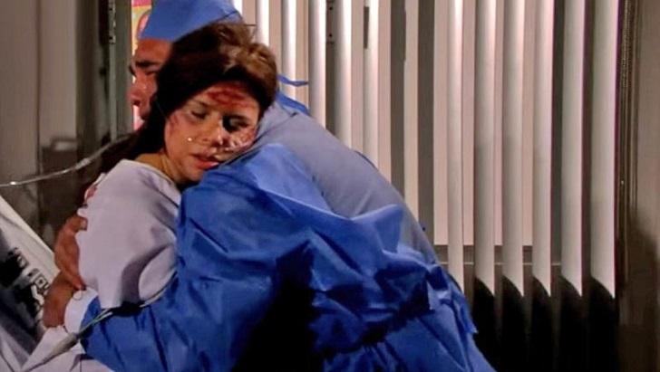 Cena de Amores Verdadeiros com Jose Angelo abraçado com Cristina, morta, sentada na cama do hospital