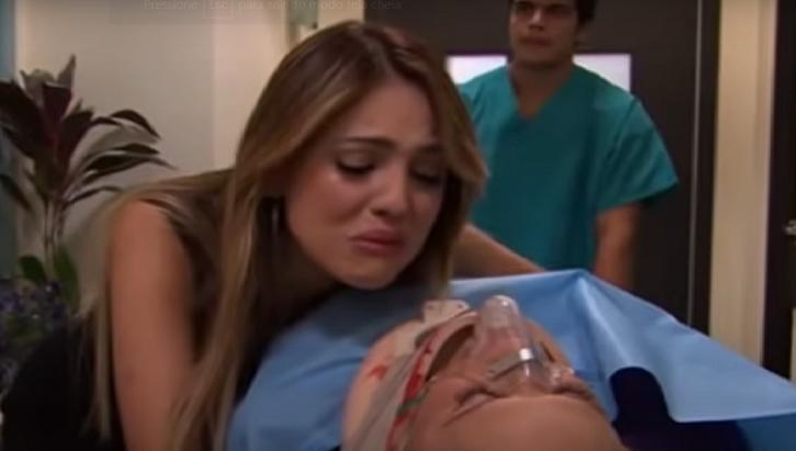 Cena de Amores Verdadeiros com Nikki chorando enquanto a mãe está na maca do hospital