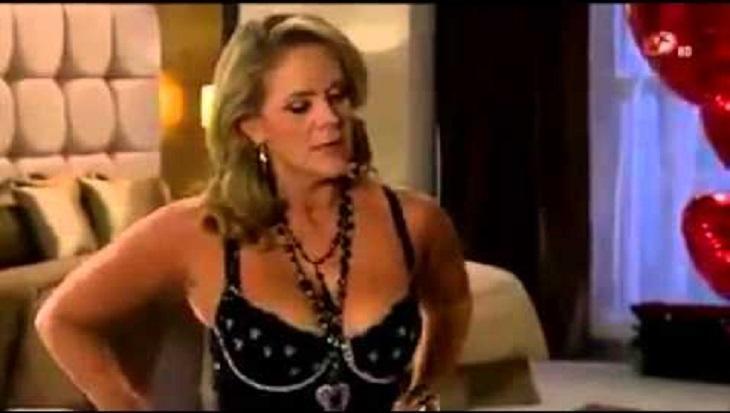 Cena de Amores Verdadeiros com Vitória com roupa de stripper