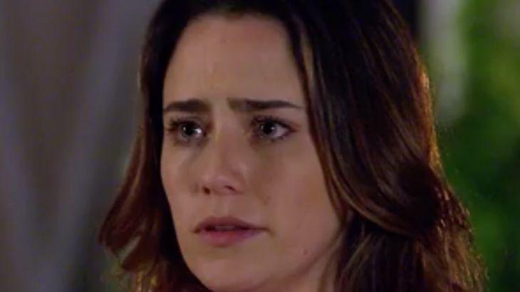 Ana com olhar triste para a filha