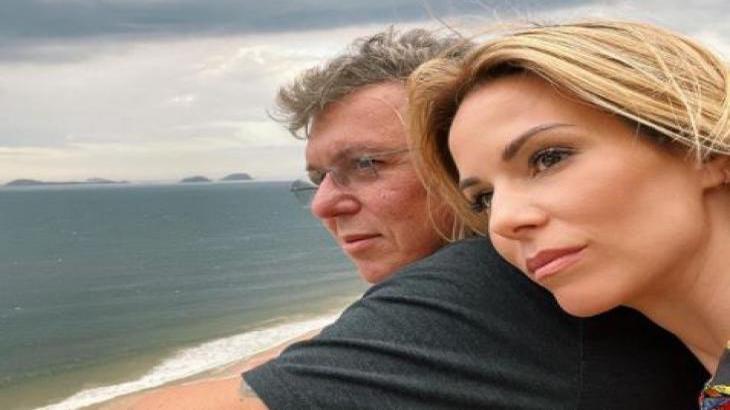 Boninho e Ana Furtado posam em sacada em frente ao mar