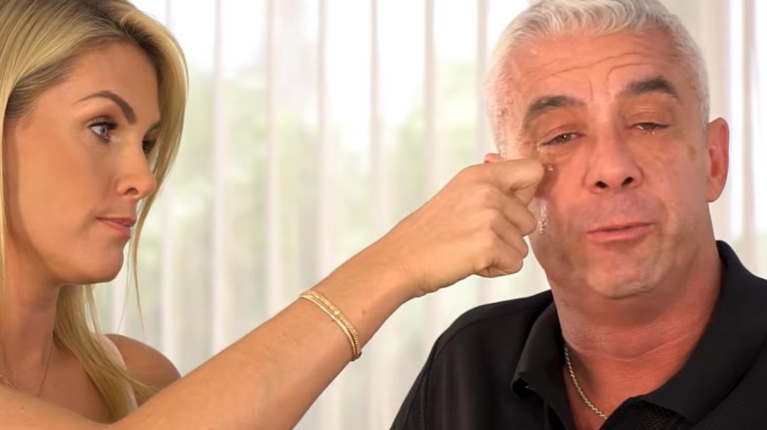 Ana Hickmann enxugando as lágrimas do marido