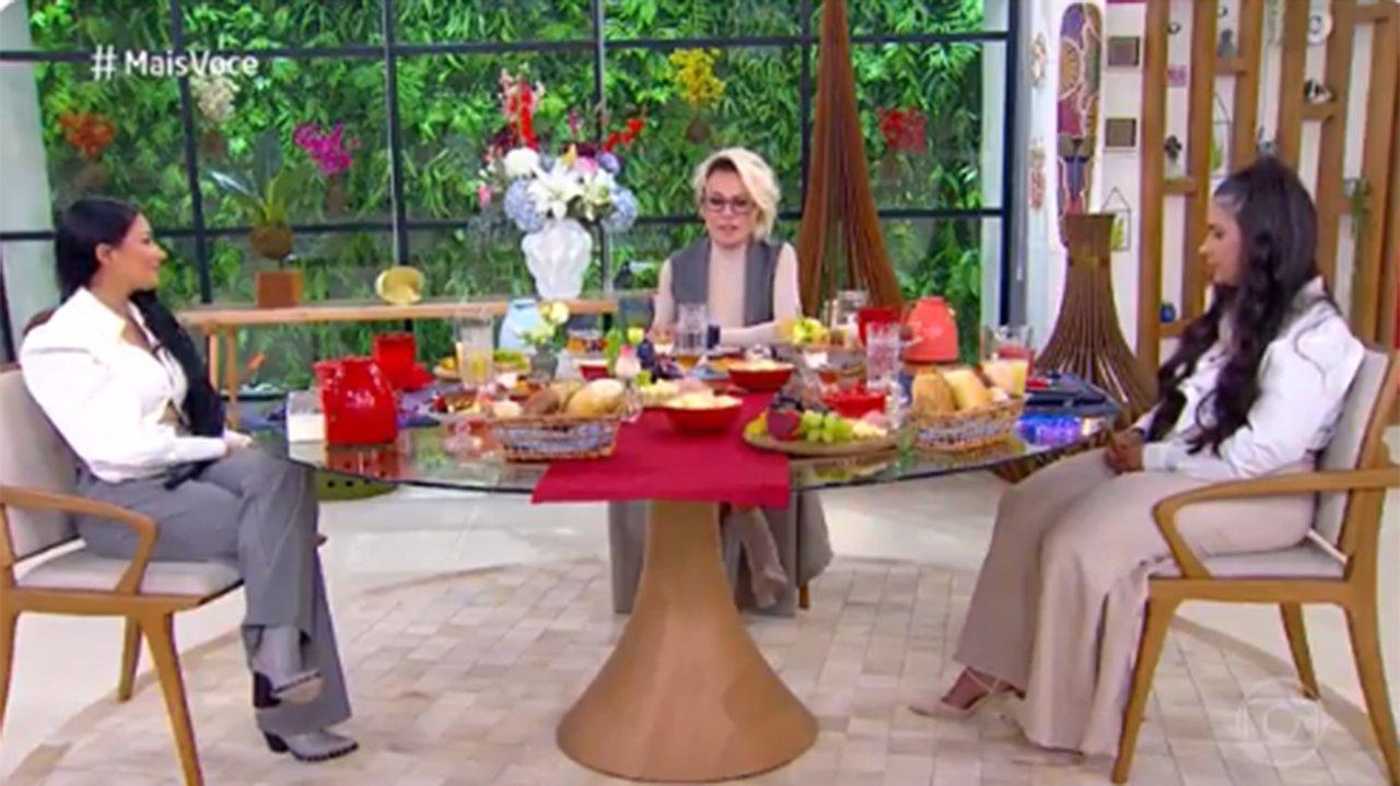 Simone, Simaria e Ana Maria Braga sentadas numa mesa de café da manhã