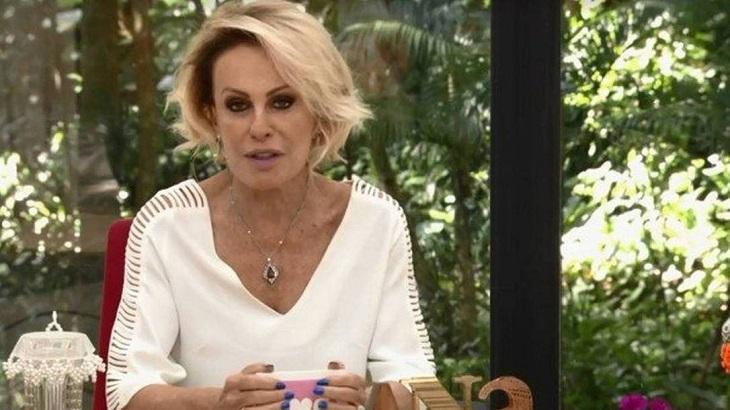 Ana Maria Braga sentada no cenário do Mais Você