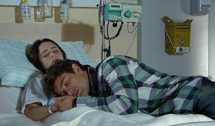 A Vida da Gente: Rodrigo dorme nos braços de Ana e leva um susto