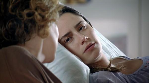 Ana na cama em A Vida da Gente ao lado da mãe