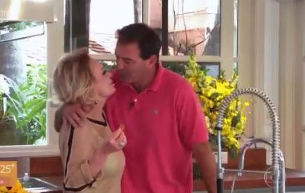Ana Maria Braga recebendo beijo do marido no Encontro