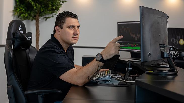 O investidor André Antunes, que estreia como apresentador no programa Renda Extra, na RedeTV!