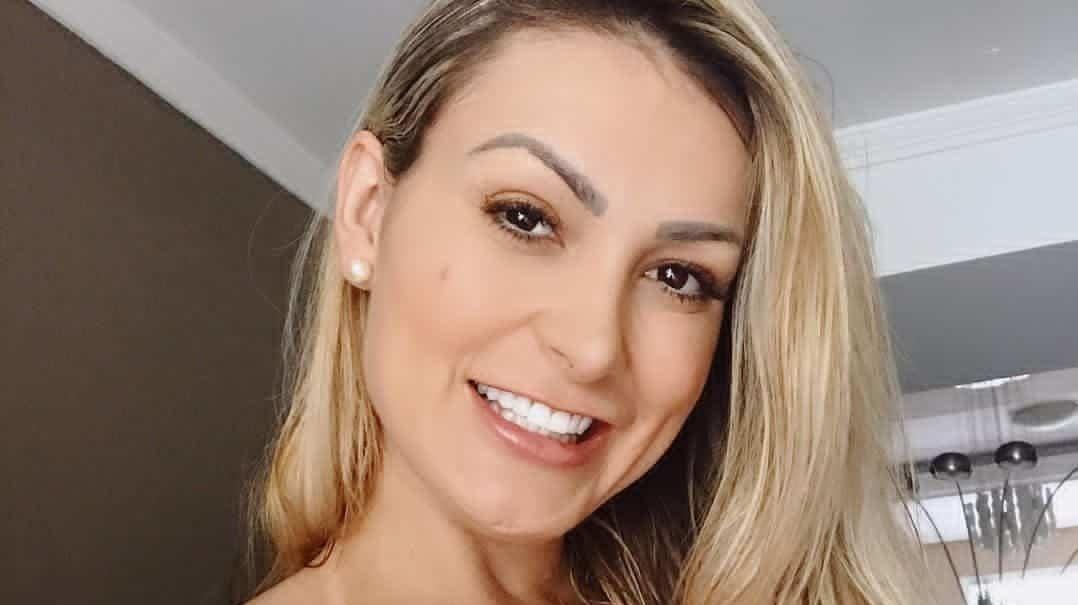 Andressa Urach posa em selfie