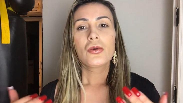 Andressa Urach gesticulando